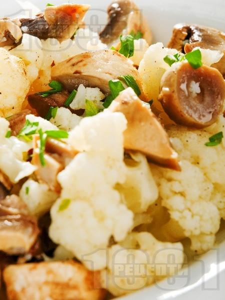 Салата от бланширани гъби печурки с карфиол - снимка на рецептата